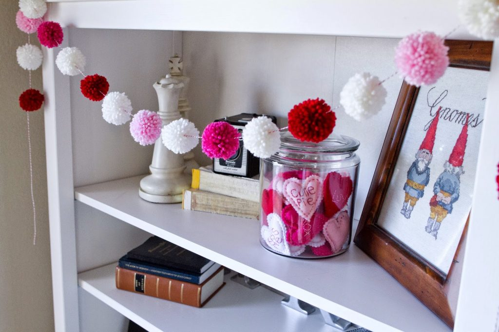 This pom pom garland is perfect for Valentine's Day!